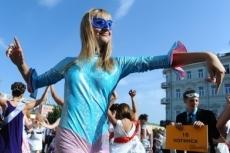 Выпускницы устроили стриптиз напротив Кремля