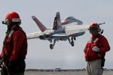 Боинг F/A-18E/F «Супер Хорнет» взлетает с платформы авианосца
