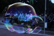 Огромные мыльные пузыри в Центральном парке в Нью-Йорке