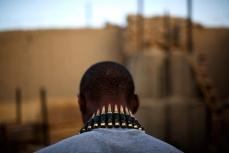 Пулеметная лента висит на шее американского солдата