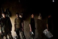 Афганские солдаты стоят в очереди за ланчем