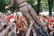 Lady Gaga практически обнаженной прыгает в толпу на фестивале Lollapalooza в Чикаго