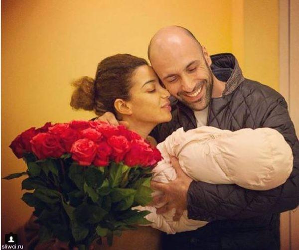 Евгений Папунаишвили сообщил о выписке супруги и новорожденной дочери
