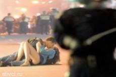 Поцелуй на 10 миллионов: парочка на фоне беспорядков покорила мир
