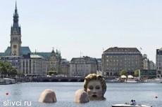 В Гамбурге установили скульптуру купающейся блондинки