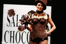 Во время показа на модели растаяла юбка