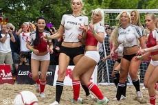 Датские порноактрисы разгромили немок в футболе