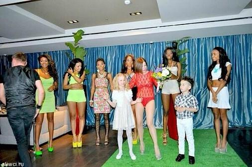 Юлия Волкова пришла с детьми, но без одежды