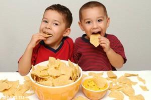 Чипсы опасны для мозга маленьких детей