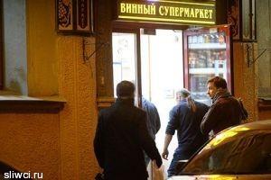 Григорий Антипенко отметил день рождения во дворе Арбата за бутылкой вина