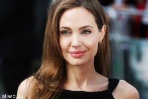 Анджелина Джоли заболела и обратилась к фанатам