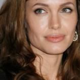 Джоли не общается с отцом, а Энистон с ним подружилась