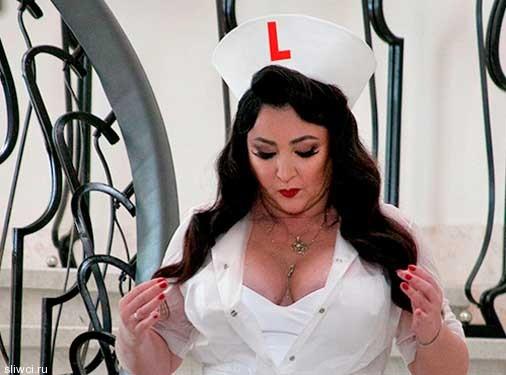 Певица Лолита показала роскошную грудь