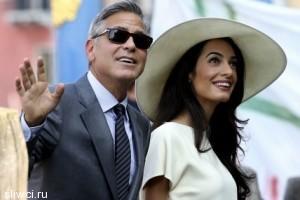 Клуни применяет силу в спорах с женой