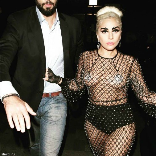 Леди Гага пришла на вечеринку в одних трусах