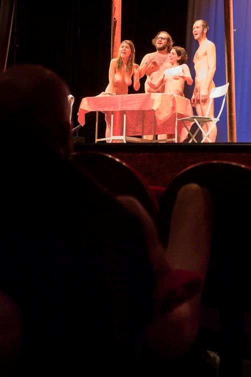 В Париже впервые показали нудистский спектакль