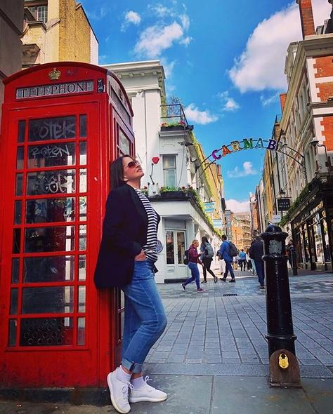 София Ротару гуляет по Лондону в джинсах и тельняшке